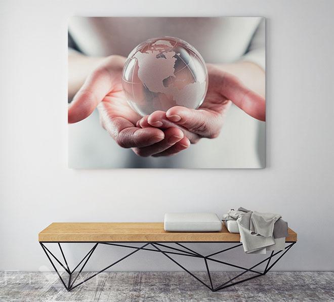 die welt auf der hand haben poster und wandbilder f rs b ro bilder und poster. Black Bedroom Furniture Sets. Home Design Ideas